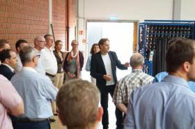 Teilnehmer gehen durch das Unternehmen Latoflex