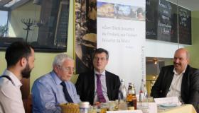 Der Journalist Harald Langguth (im Bild rechts) im Gespräch mit (v.l.n.r.) Ricardo Ferrer Rivero, Friedrich Schneider und Karl-Heinz Paqué